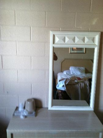 1st Choice Inn - Rawlins: This mirror is quite large and not attached to anything, and lower than the top of the bed.