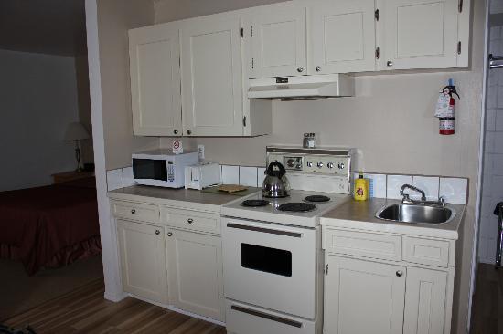 Super 8 Duncan: Full kitchen