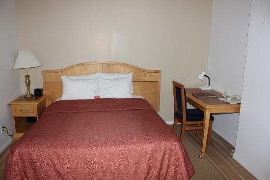 Super 8 Duncan: Bedroom area with desk