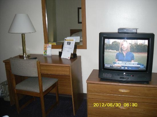 Econo Lodge Darien Lakes: Desk and TV