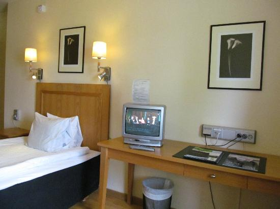 Bommersvik: Room with desk and TV