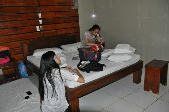 Dumaluan Beach Resort: Doing our nightly accounting on the bed