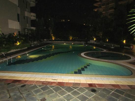 Le Grove Serviced Apartments: pool 