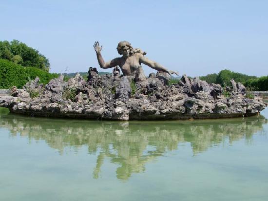 Chateau of Champs-sur-Marne: la fontaine Scylla 