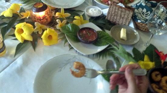 Hotel Orongo: excelente decoraciión de la mesa con flores del jardín del hotel, y la comida deliciosa