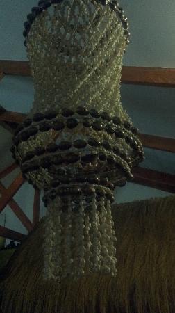 Hotel Orongo: Lampara artesanal del comedor decorada con caracoles