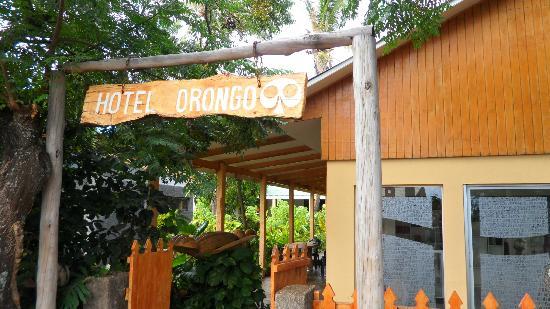 Hotel Orongo: Entrada al hotel sobre la calle principal de Hanga Roa