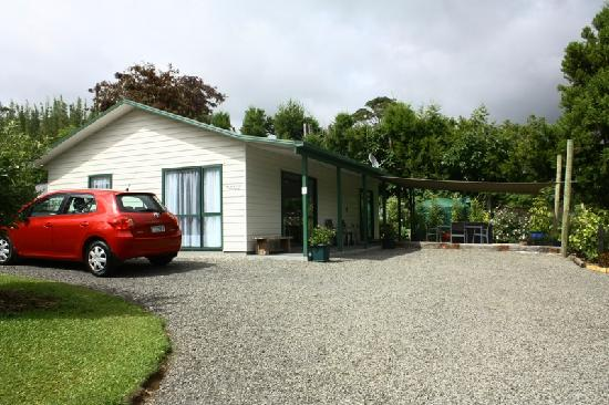 Kerikeri Holiday Cottages - Ragdoll & Black Cat: Cottage and rental car