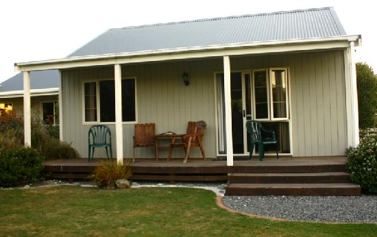 Kaikoura Cottage Motels: View of the cottage from own garden