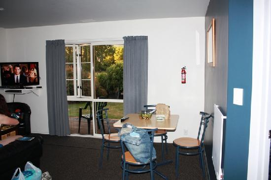 Kaikoura Cottage Motels: Living / dining area
