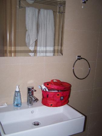 Hotel Metropolis: Salle de bains de la chambre 22