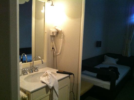 Hotel Gutsgasthof Stangl: Waschbecken im Zimmer