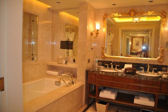The Leela Palace New Delhi: télévision dans la baignoire