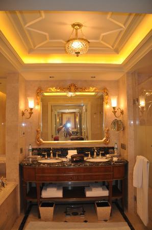The Leela Palace New Delhi: salle de bains