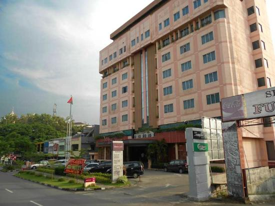 Mercure Batam: A nice, modern, safe hotel jammed into a not-so-nice part of Batam.