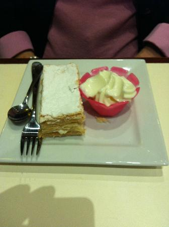 JavaLava Cafe: Colleen had a vanilla slice and a side of yogurt.