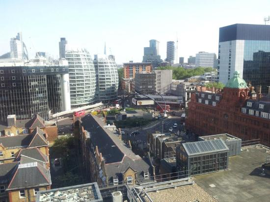 Premier Inn London City (Old Street) Hotel: View looking down from room to Old Street station