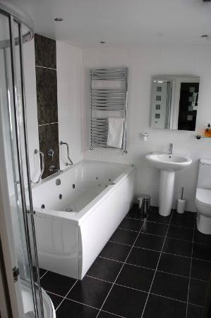 Stonegarth Guest House: The bathroom