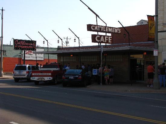 Cattlemen's Steakhouse: Gäste-Warteschlange vor dem Restaurant im Stockyards-Bezirk