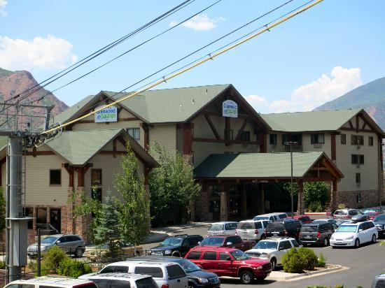 هوتل جلينوود سبرينجز: View of Hotel Glenwood Springs with gondola cables in front