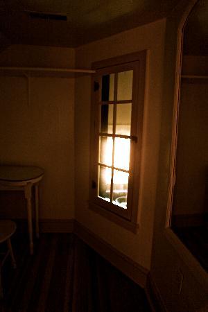 Manor Inn Bed & Breakfast: Writing room in the suite