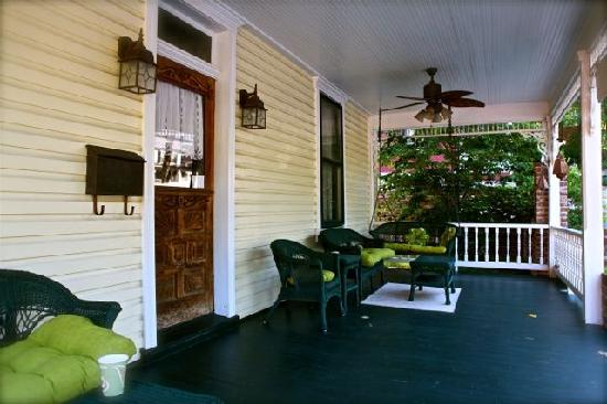 Manor Inn Bed & Breakfast: Porch Life at the Inn on Fairfax