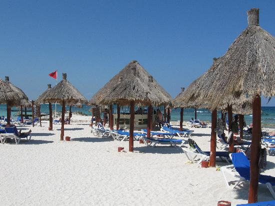 Grand Bahia Principe Tulum: Proper beach bar with swings!