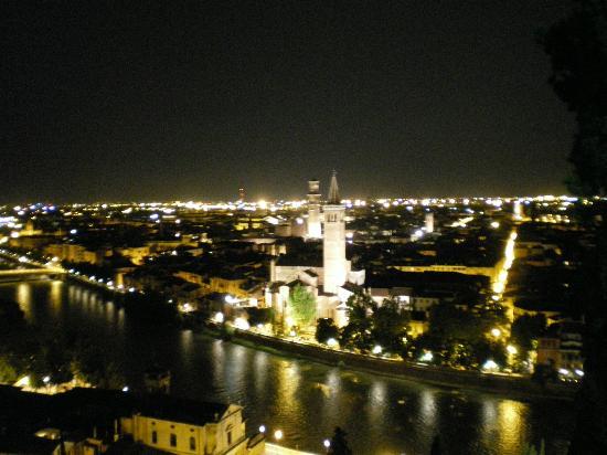 Verona by night vista da piazzale Castel San Pietro