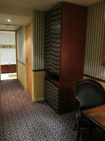Hotel Relais Saint Sulpice : 部屋のドアからベッドルームへ続く廊下