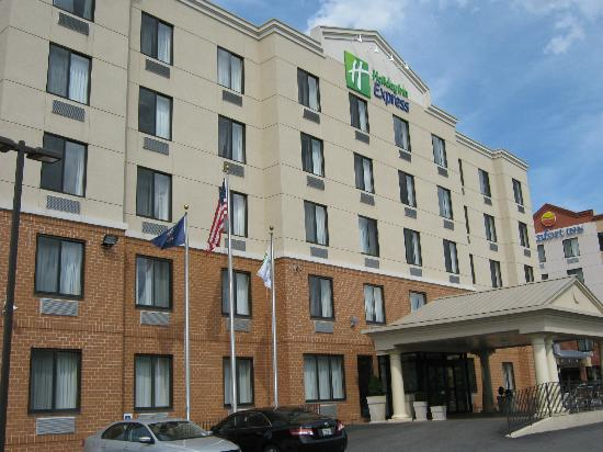 Holiday Inn Express Staten Island West: Front view