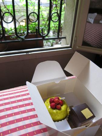 Hotel Relais Saint Sulpice: 近くのピエール・エルメでお菓子を買って帰り、部屋で