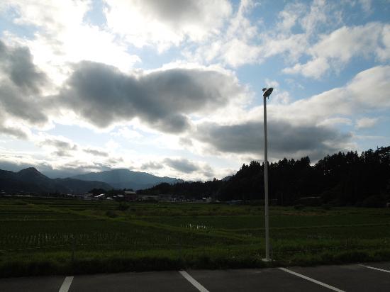 Kawatabi Onsen: 晴れた日は、空の青と山の緑が美しく