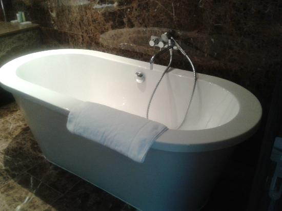 Lough Rea Hotel and Spa: bath