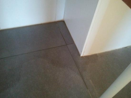 Water Leaking From The Bathtub To Bathroom Floor Picture Of Ghent River Hotel Ghent Tripadvisor