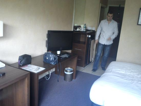 Mercure Livingston: TV and room entrance