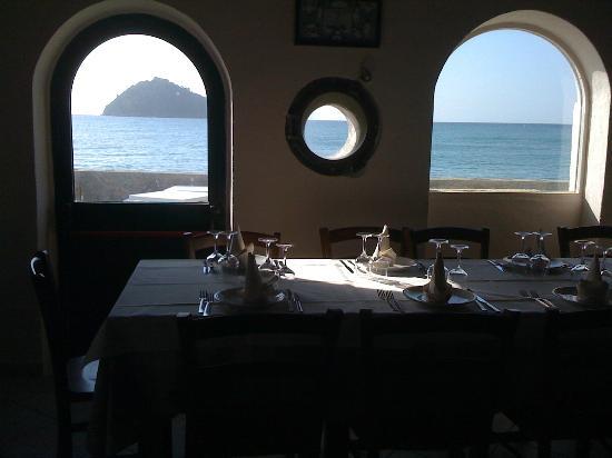 Trattoria del Mare : vista dell'isola dalla sala da pranzo