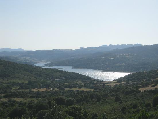 Valkarana - Relais di Campagna: Lake below the hotel