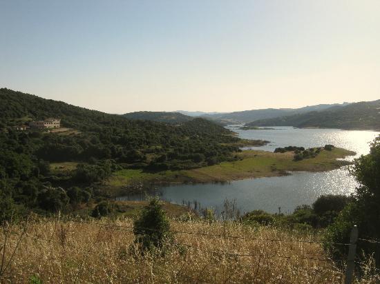 Valkarana - Relais di Campagna: Lake with hotel