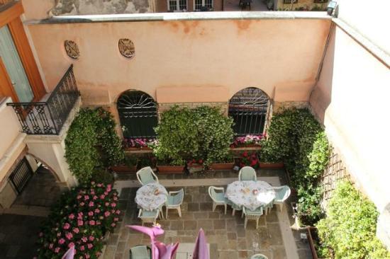 Locanda San Barnaba: vue sur le jardin depuis la chambre mascherata