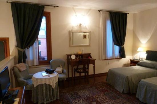 Locanda San Barnaba: notre chambre la mascherata