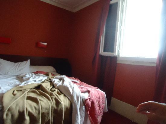 Hotel Camelia International: Это случайная фотография утром. Окно всегда держали открыты так же использовали его как холодиль