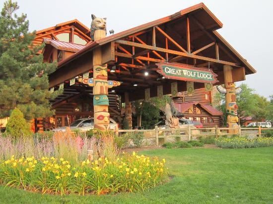 main entrance picture of great wolf lodge wisconsin. Black Bedroom Furniture Sets. Home Design Ideas
