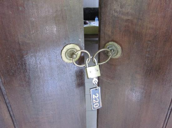 Ubud Inn: Door doesn't lock safely