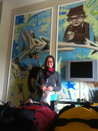 Gladstone Hotel: big ol' murals!