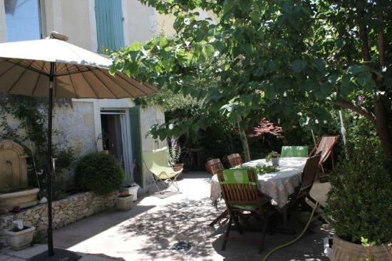 Chez Marie: Il giardino dove viene servita la prima colazione