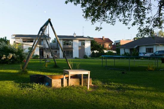 Prieka Pietura: Hotel yard with play area