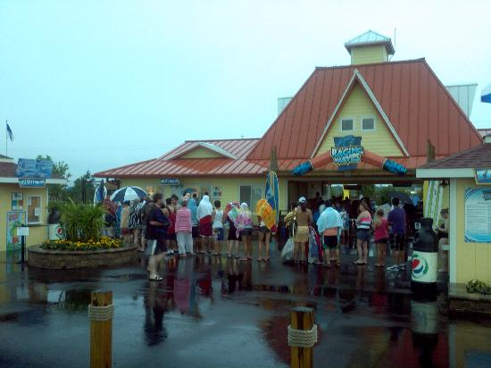 Raging Waves Waterpark: waiting for a refund during rain