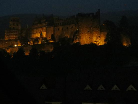 Hotel Goldener Falke: view of the castle at night