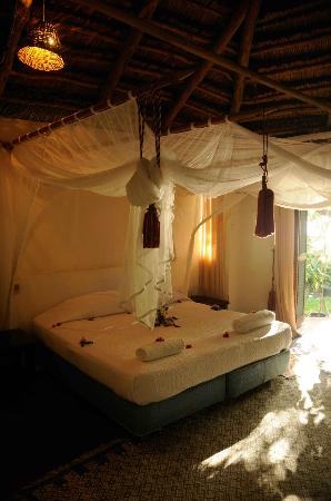 Sailaway Dhow Safaris: BENGUERRA COTTAGE MASTER BEDROOM