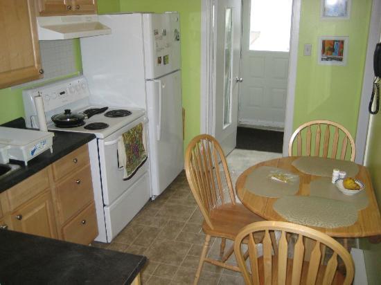 Long's Hill Suites: Kitchen
